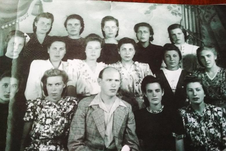 Выпуск 1951 года, 12-я женская школа, мужчина на снимке - Марк Айзендорф, учитель математики. Наша читательница, будущий учитель математики, вторая справа в верхнем ряду.
