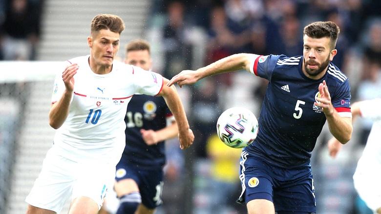 Ворота соперников атакует форвард сборной Чехии и немецкого клуба «Байер-04» Патрик Шик (на снимке в белой форме).