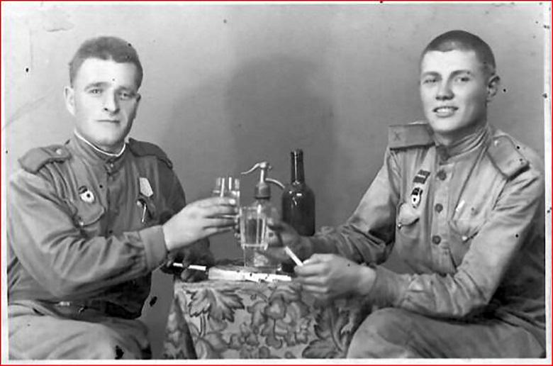 Станислав Пивоваров (слева) после освобождения Будапешта, 24 апреля 1945 года.